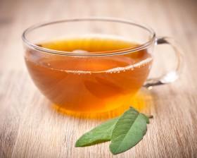 Salbei (Salvia officinalis) Tee mit zwei Blättern davor